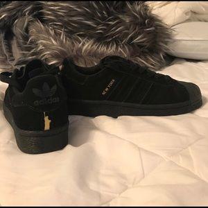 "Blk. Adidas ""street style"" NY shoes"
